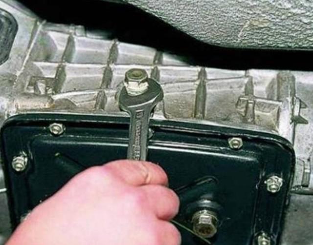 Замена масла в коробке передач ВАЗ 2107: какое залить и сколько, как проверить уровень в КПП, инструкции с фото и видео
