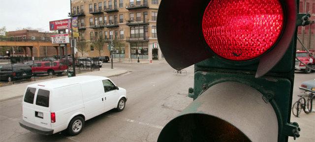 Штраф за проезд на красный свет в 2018 году, в том числе под камеру: какой предусмотрен, когда грозит лишение, как проверить и оплатить