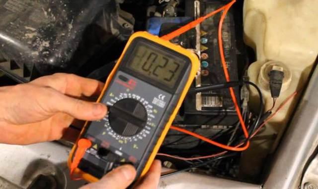 Почему машина бьет током, в тч при выходе - что с этим делать