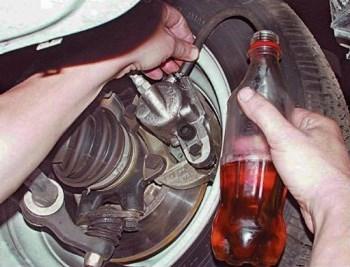 Как правильно самому прокачать тормоза на ВАЗ 2106, инструкции по прокачке с фото и видео