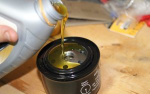 Замена масла в двигателе ВАЗ 2107: сколько лить, какой масляный фильтр ставить, инструкции с фото и видео