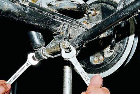 Замена задних амортизаторов ВАЗ 2107: как проверить, снять и поставить, инструкции с фото и видео