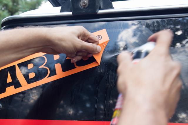 Как снять и убрать наклейку со стекла автомобиля - разные способы